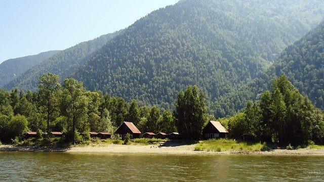 Домики кемпинга на берегу Телецкого озера