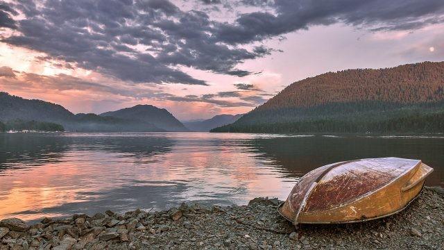 Лодка на берегу вечернего Телецкого озера