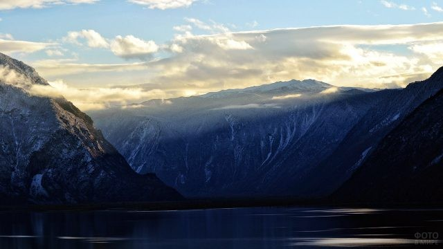 Лучи рассвета над синими горами вокруг Телецкого озера