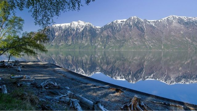 Отражение Алтайских гор в воде Телецкого озера