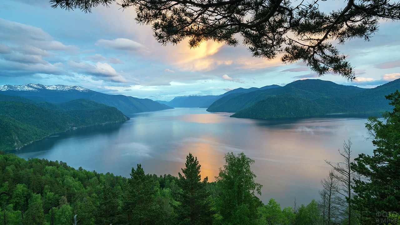 Панорама Телецкого озера на закате