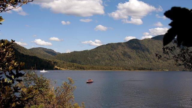 Прогулочные катера посреди Телецкого озера