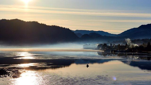 Раннее утро на Телецком озере в посёлке Артыбаш