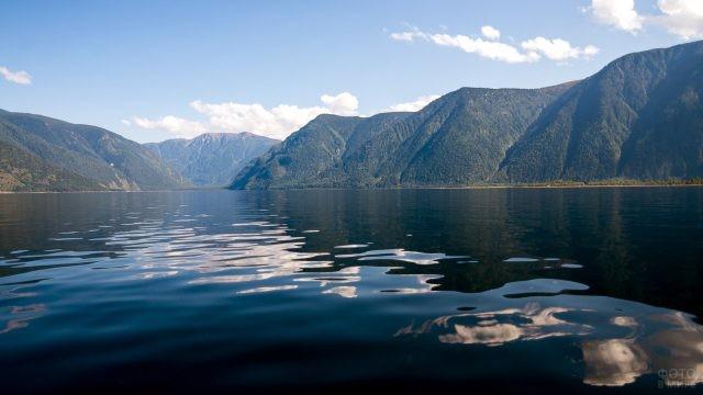 Телецкое озеро среди Алтайских гор