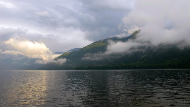 Туман с гор над Телецким озером