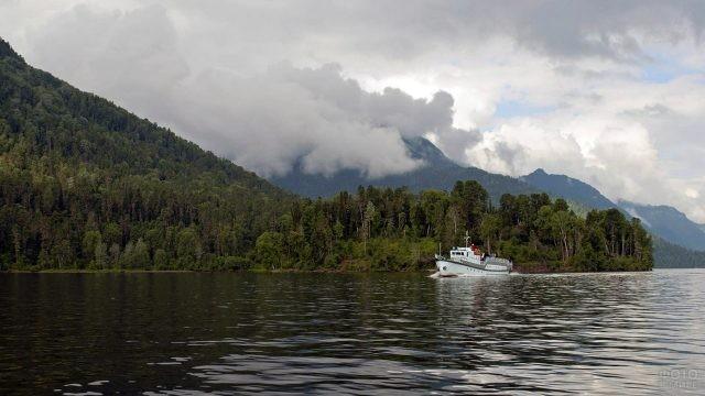 Туристический корабль посреди Телецкого озера
