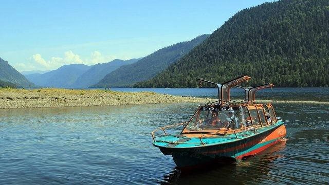 Туристы в катере у берега Телецкого озера