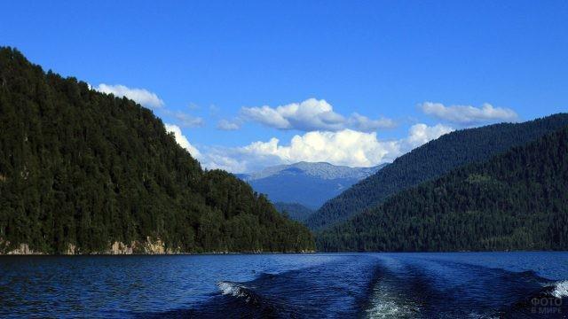 Вид на Алтайские горы с середины Телецкого озера