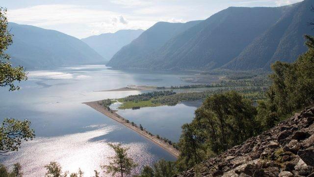 Вид сверху на мыс Карсай на Телецком озере