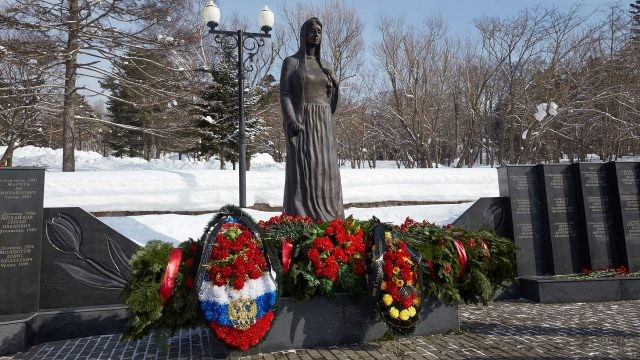 Цветы возложенные у мемориала на площади славы