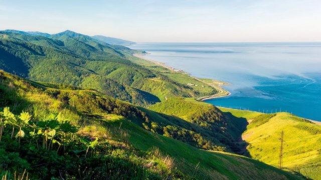 Горы и побережье на Сахалине
