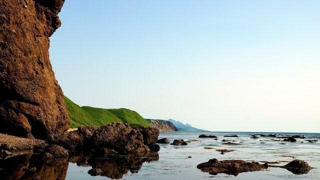 Каменистый берег мелководного пляжа