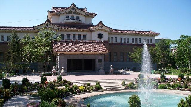 Красивое оформление дворика у входа в музей