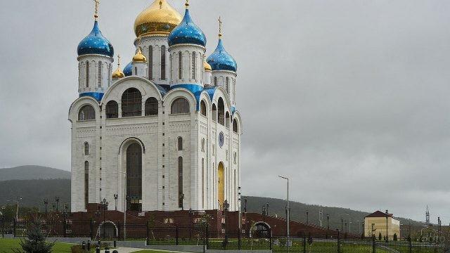 Красивый вид собора с голубо-золотыми куполами