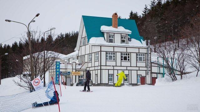 Люди катаются на горнолыжном курорте в Сахалине