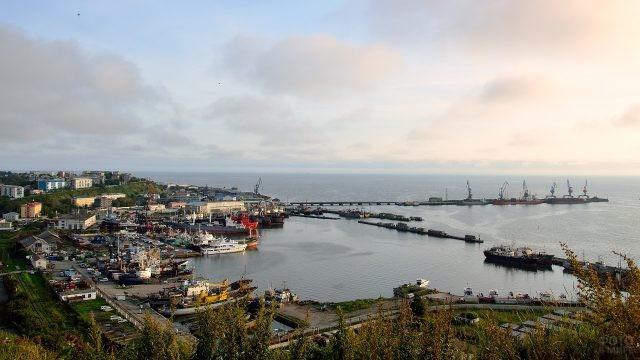 Окрестности порта Корсакова с торговыми судами