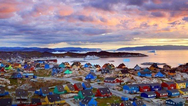 Панорама столицы Гренландии Нуук на закате дня
