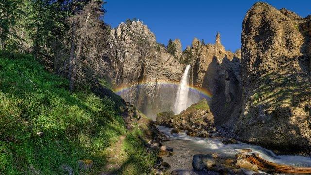 Красивая радуга внизу водопада Тауэр Фолл