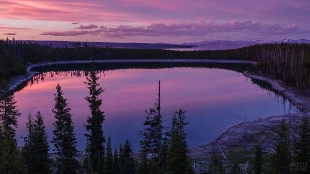 Красивый закатный вид над озером