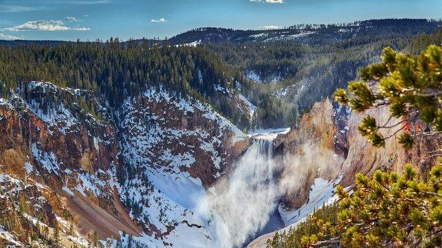 Скалистые заснеженные горы в национальном парке