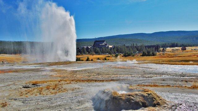 Струя горячей воды вырывается из недр земли
