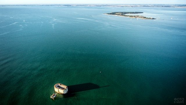 Морская панорама французского побережья с Фортом Боярд с высоты птичьего полёта