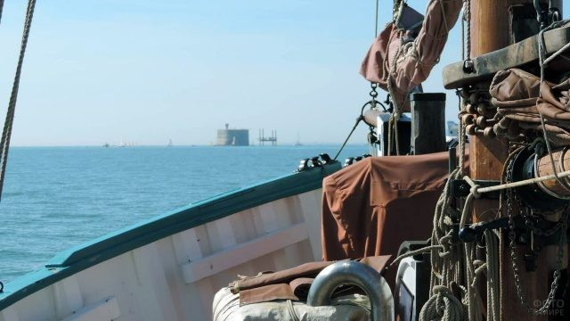 Снасти яхты плывущей к Форту Боярд