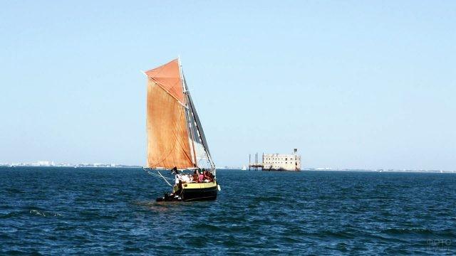 Туристический парусник в пиратском стиле направляется к Форту Боярд