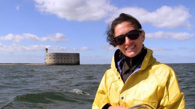 Туристка на фоне Форта Боярд
