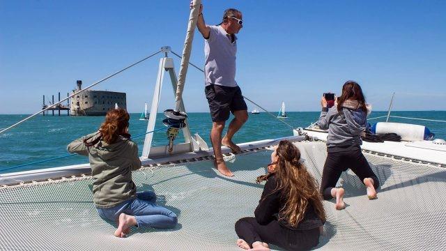 Туристы на палубе яхты на фоне Форта Боярд