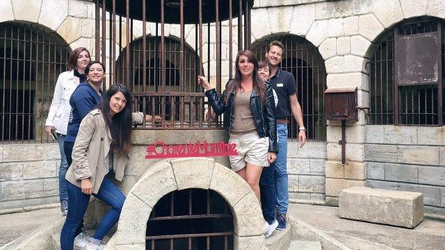Туристы во дворе Форта Боярд