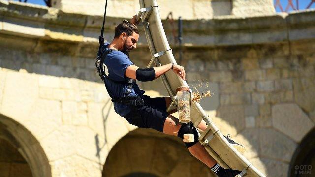 Участник выполняет задание во время шоу-соревнований Форт Боярд