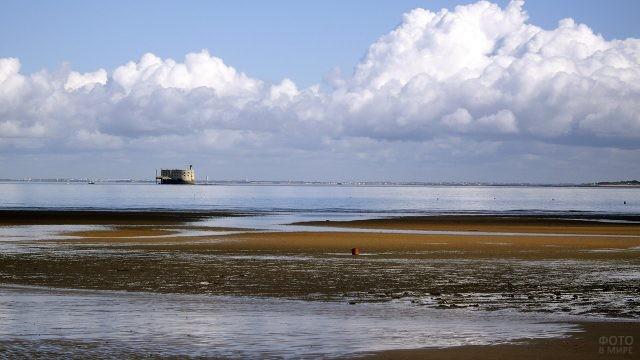 Вид на Форт Боярд с берега