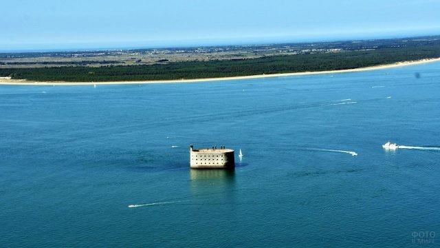 Вид с высоты птичьего полёта на Форт Боярд и кораблики в море