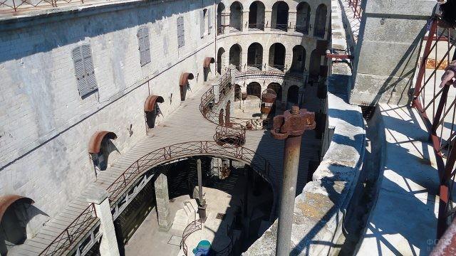 Внутренняя площадка Форта Боярд со смотровой площадки