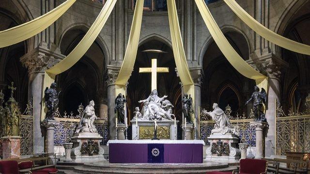 Алтарь в Норт Дам де Пари с коленопреклонёнными статуями королей Франции