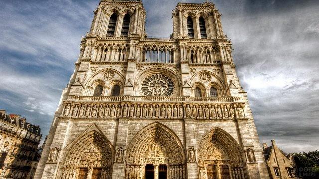 Фронтон собора Парижской Богоматери