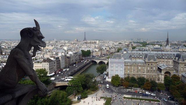 Горгулья на стене собора Парижской Богоматери над панорамой Парижа