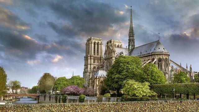 Красивый вид на Нотр Дам в весеннем Париже