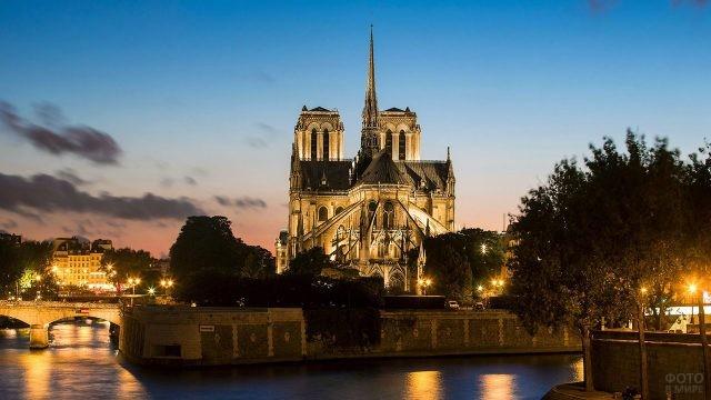 Ночная иллюминация собора Парижской Богоматери