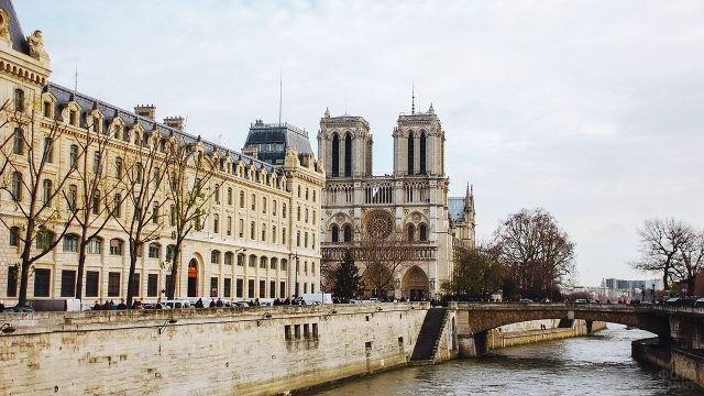 Нотр Дам на набережной Сены в осеннем Париже
