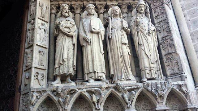 Скульптуры на фасаде собора Парижской Богоматери