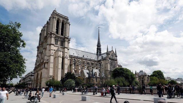 Туристы на мосту оДубль у собора Парижской Богоматери