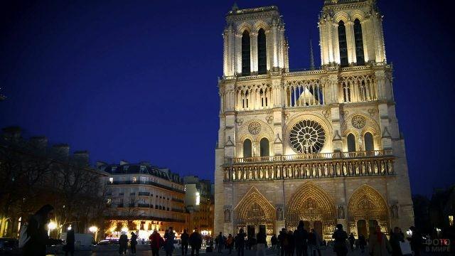 Вечерняя иллюминация фасада Нотр Дам де Пари