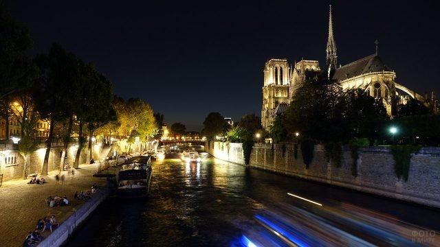 Вечерняя Сена у стен Нотр Дам де Пари