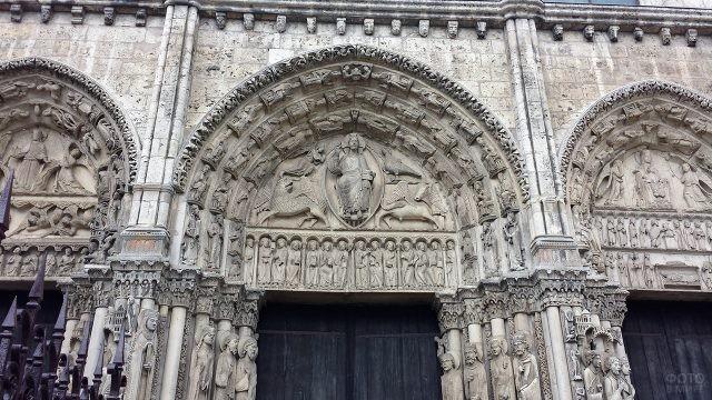 Западный портал на фасаде Нотр Дам де Пари
