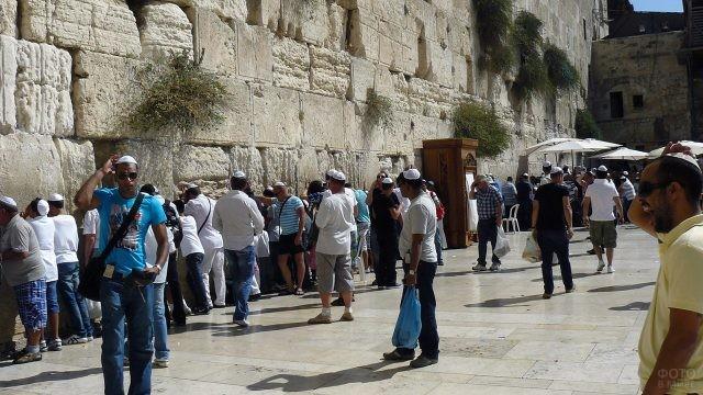 Иудеи молятся у Стены Плача в Иерусалиме