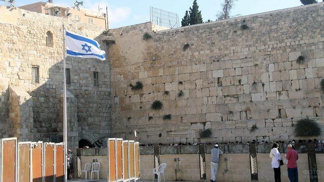 Израильский флаг на зонированной площади перед Стеной Плача