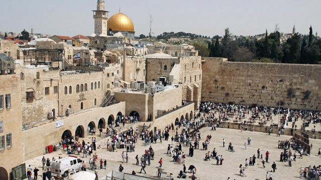 Многолюдная площадь у Стены Плача в Иерусалиме