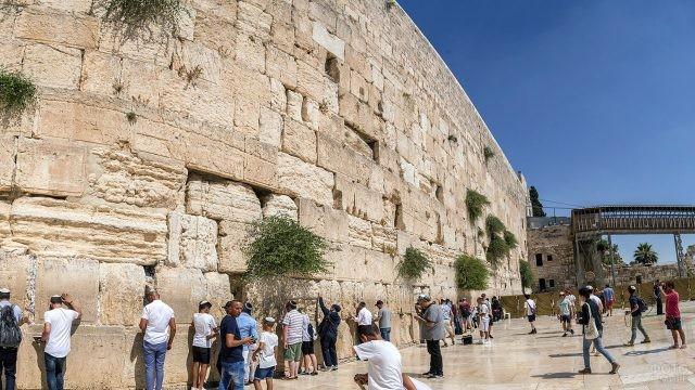 Молящиеся люди у Стены Плача в Иерусалиме
